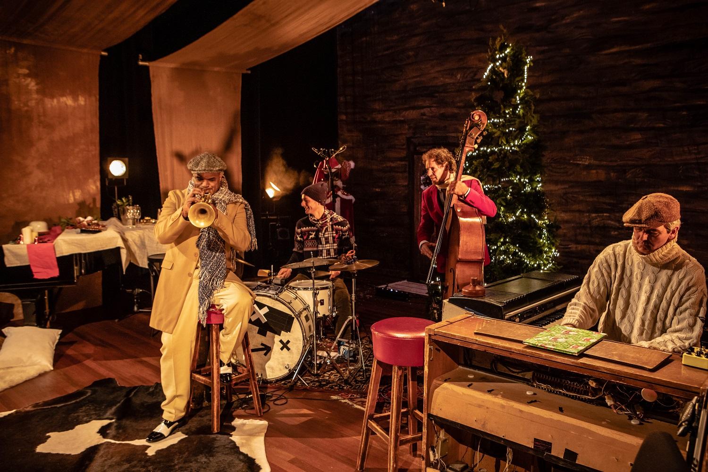The Legends ft. Michael Varekamp & Tess Merlot A SWINGIN' CHRISTMAS   14.30